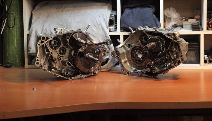 separating_halves_of_engine_crankcase_Yamaha_SRX600_3SX_Reborn_Gazzz-garage