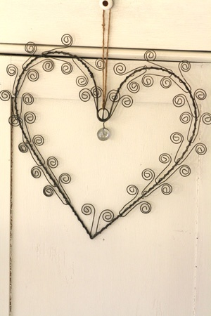 wire heart... Would be great hanging on a door. And how easy to make!
