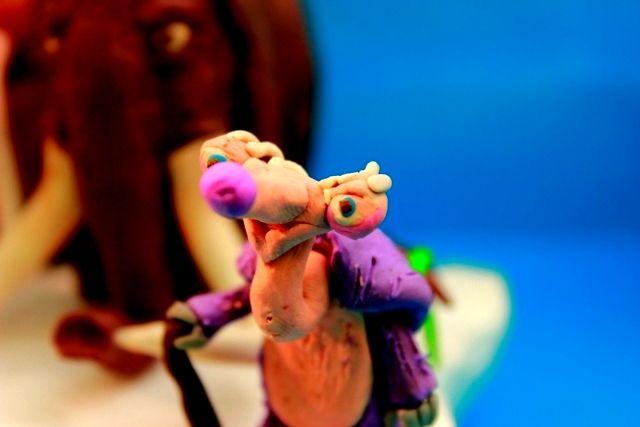 De la película animada La Era de Hielo, esta la abuelita de Sid en arcilla!, que llega inesperadamente con su familia de perezosos para dejársela a Sid, con ella pasaran aventuras que puedan parecer no buenas para los que le acompañan, sin duda ella se roba esta aventura!.