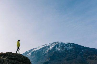 """«Температура менялась от +30 днем до -20 ночью», — блогер рассказал историю восхождения на Килиманджаро. ФОТО http://dneprcity.net/blogosfera/temperatura-menyalas-ot-30-dnem-do-20-nochyu-bloger-rasskazal-istoriyu-vosxozhdeniya-na-kilimandzharo-foto/  Оказывается, Килиманджаро - это не гора. Килиманджаро - это название региона с тремя потухшими вулканами. Именно 6-километровый вулкан Кибо с громким названием """"Крыша Африки"""" является самой высокой точкой континента. Под"""