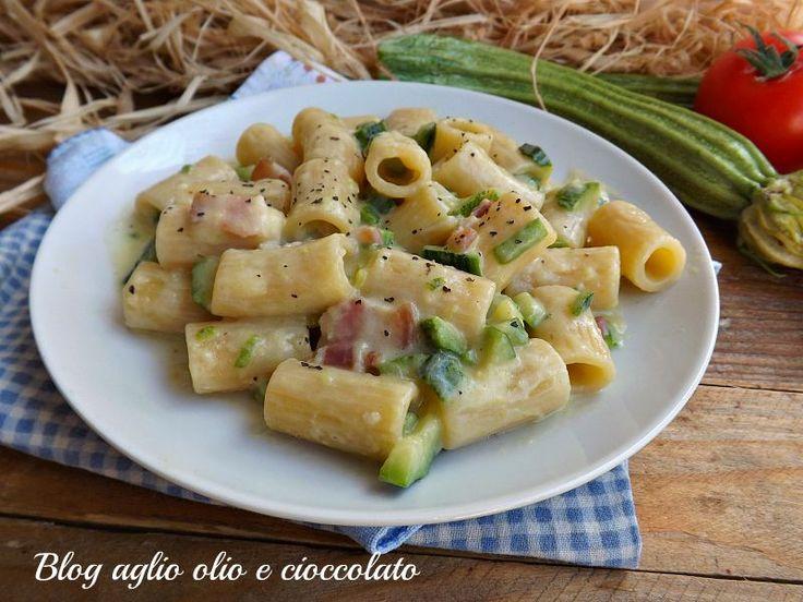 La pasta con zucchine e pancetta cremosa è un piatto particolarmente semplice da fare, molto gustoso, saporito e tanto cremoso