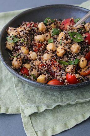 :) Salada de quinua, grão de bico, tomate e manjericão   Más en https://lomejordelaweb.