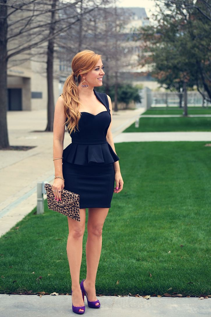 Черный баски платье и фиолетовые туфли от лабутена