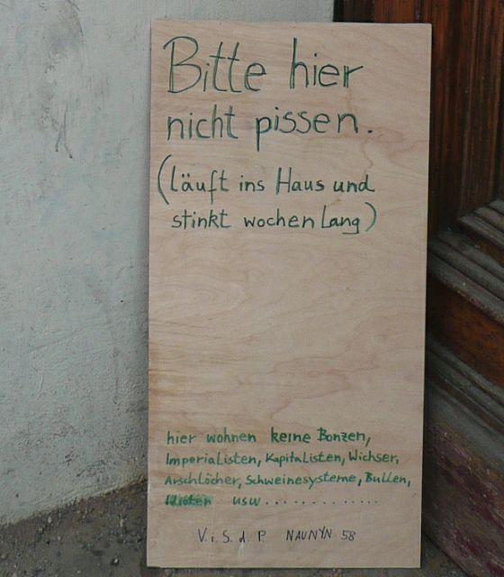 """BERLIN, 1. Mai: """"(läuft ins Haus und stinkt wochenlang)"""""""