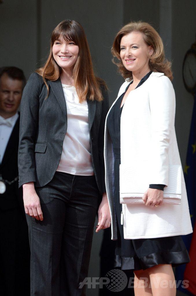 仏パリの大統領府エリゼ宮(Elysee Palace)で引き継ぎをするカーラ・ブルーニ・サルコジ(Carla Bruni Sarkozy)前大統領夫人(左)と、フランソワ・オランド(Francois Hollande)新大統領の事実婚パートナーのバレリー・トリルベレール(Valerie Trierweiler)さん(右、2012年5月15日撮影)。(c)AFP/ERIC FEFERBERG ▼24Jan2014AFP|仏ファーストレディーとは?曖昧にされてきた公的地位 http://www.afpbb.com/articles/-/3007179 #Elysee_Palace #Carla_Bruni_Sarkozy #Valerie_Trierweiler
