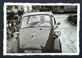 Familienalbum 1955 - Frau am Steuer einer BMW Isetta 300 mit Micky Maus-Aufkleber