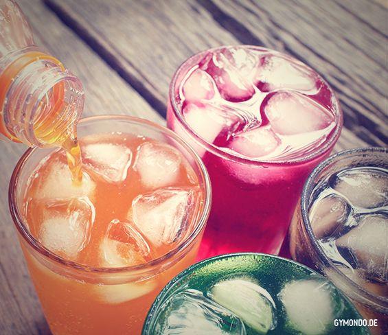 3. Cola ohne Zucker: Von den meisten Softdrinks, Limonaden und Energy Drinks gibt es mittlerweile eine Light-Variante ganz ohne Zucker und Kalorien. Aber was trinken wir da eigentlich? Zunächst mal Wasser. Danach kommen diverse künstliche Aromen, Süßungsmittel und Farbstoffe. Also ein chemischer Cocktail, der gar nichts für uns tut. Wenn Du eine Alternative suchst, schau Dir mal unsere Rezepte für frische, ungesüßte Limonaden an. || Gesund ernähren…