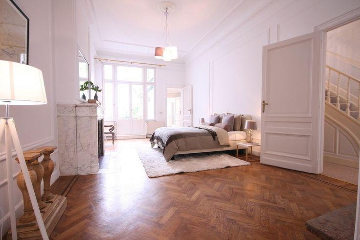 schlafzimmer holzwand: dark wood flooring bedroom.
