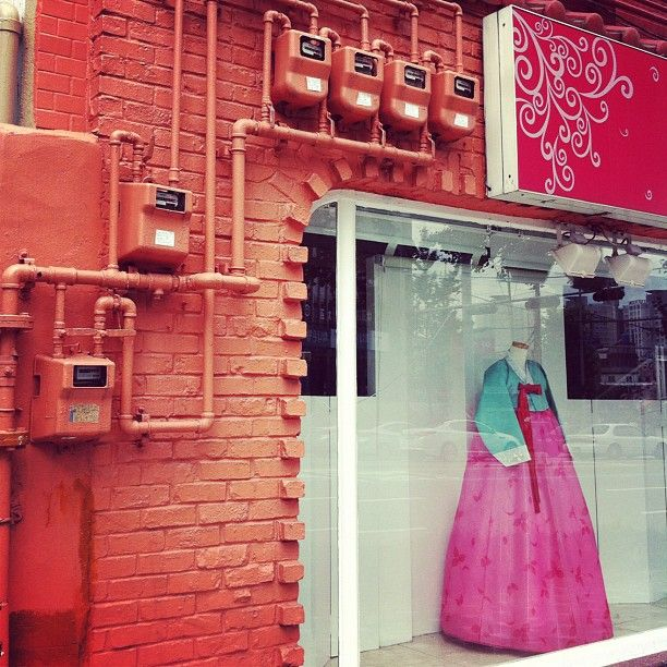 carrot_777 / #korea #traditional #costume #apparel #road #shop #wall #color #colorful #ordinaryday / #10likes #20likes #30likes / #골목 #설비 #장사 / 2012 09 02 /