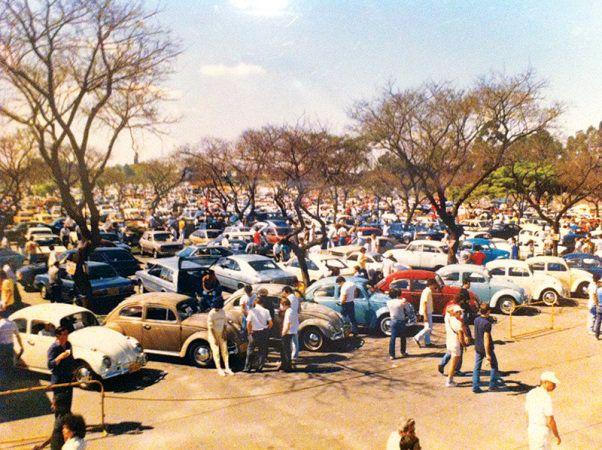 Após mudanças para o Anhembi, em 1989: os Fuscas eram tantos que existia uma área só para eles. (Foto: Divulgação/Matel Produções) // Carros à venda pela televisão   VEJA São Paulo