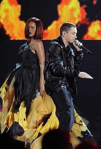 I Like the Way You Lie - a really powerful performance by Rhianna and Eminem