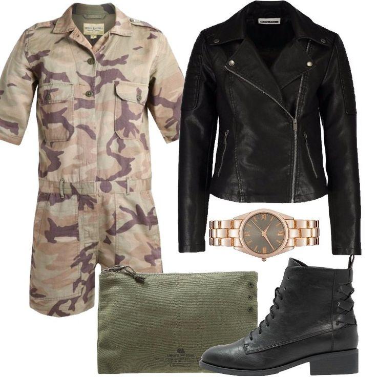 L'outfit è composto da una tutina militare, una giacca in fintapelle nera, da dei stivaletti sempre neri, da una trousse in cotone e da un orologio analogico.