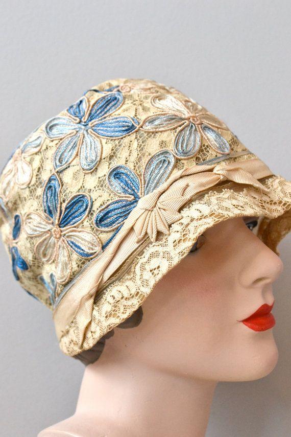 Jahrgang der 1920er Jahren außergewöhnliche Elfenbein Spitzen, dicken Creme Grosgrain Ribbon trim und Schattierungen von blau Stoffgrund Blumen.