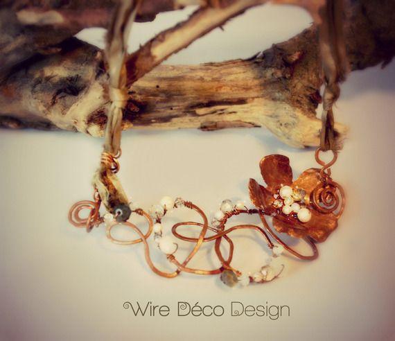 Collana con fiore di rame decorata con perle e cristalli. Nastro di seta