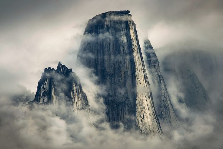 Góry wznoszące się nad fiordami Grenlandii (fot. Max Rive)