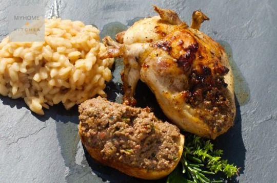 """Risotto con le quaglie ripiene Piatto unico; risotto, quaglie e crostone. Bello da presentare anche in un grande piatto da portata sistemando le quaglie sopra al riso e decorando con un po' di rosmarino e timo fresco. La quaglia è una carne nera, ovvero """"di selvaggina"""", ma non necessita di frollatura ed ha un sapore delicato.  #food #foodporn #ricette #recipes #recetas #passionfood #myhomekitchen #eat  www.myhome.kitchen"""