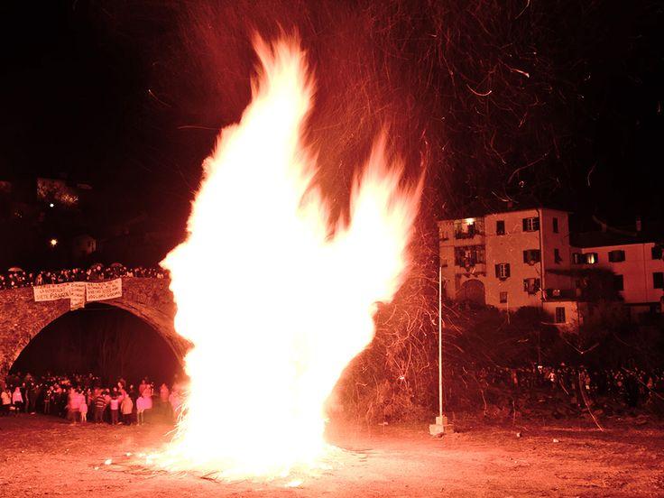 La disfida dei FALÒ di Pontremoli, nel mese di gennaio due rioni - San Geminiano e San Nicolò - si sfidano a suon di fuochi. Pire alte più di dieci metri, fuochisti e fazioni battaglieri, uno spettacolo unico, indescrivibile.