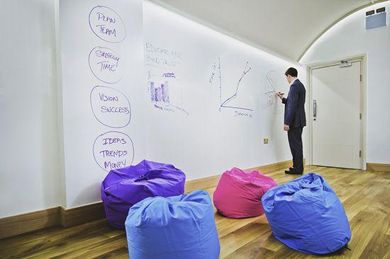 Chytrá zeď je často využívána v místnostech pro brainstormingy a workshopy. ---- Smart Wall Paint is often used in rooms for brainstormings and workshops. www.chytrazed.cz www.smartwallpaint.cz