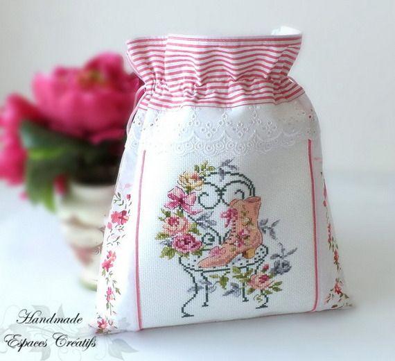 Pochon ou sac à lingerie  shabby chic «Le bonheur en fleur» brodé au point de croix