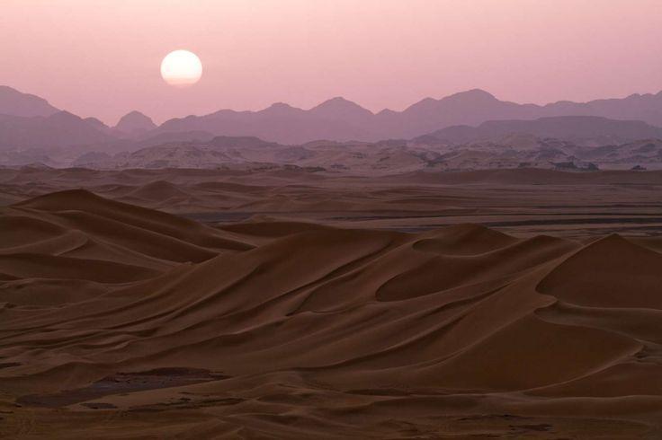 Deserto do Saara passa por 9 países - Argélia, Chade, Egito, Líbia, Mali, Mauritânia, Marrocos, Níger, Saara Ocidental, Sudão e Tunísia - e é considerado o maior deserto quente do mundo e com as maiores dunas -