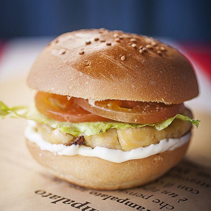 """STRAppetto (burger di pollo). Soffice pane artigianale """"fatto per noi"""", bocconcini di petto di pollo (da produzioni italiane garantite), pomodoro, insalata Iceberg, salsa maionese fresca Strampalata artigianale."""