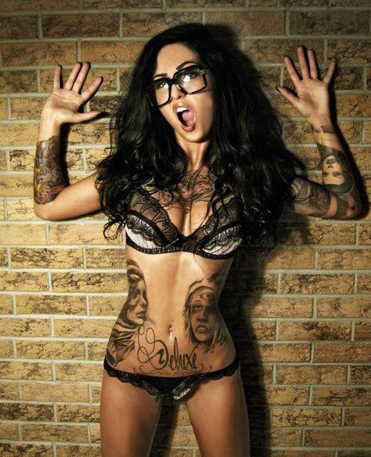 Ostra brunetka z tatuażami #tattoo