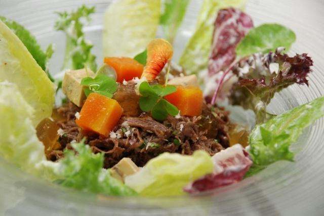 シェ オリビエ - 牛テール肉とじゃが芋のサラダ仕立て、西洋わさびを効かせたソース、フォアグラ添え