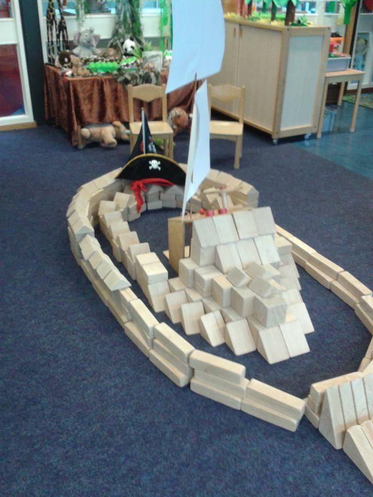 Petra Moedt: Hierbij een foto van een piratenschip, gemaakt door een aantal meisjes uit groep 2. Doe ook mee met de win-actie!