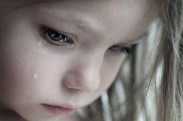 Однажды папа наказал свою трёхлетнюю дочь за то, что она потратила рулон позолоченной обёрточной бумаги. С деньгами было туго и папа был просто взбешён оттого, что ребёнок пытался украсить какую-то коробочку без видимой на то причины. Несмотря на это, на следующее утро маленькая девочка принесла своему отцу подарок. Она сказала:  - Это для тебя, Папочка.