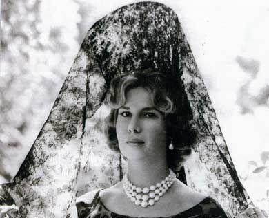 La duquesa de Alba con peineta y mantilla española.