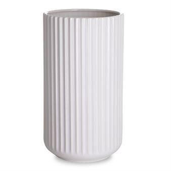 Den ikoniske Lyngbyvasen i hvitt fra det danske varemerket Lyngby by Hilfling er laget i porselen av høy kvalitet med riflet struktur og tidløs form. Vasen ble produsert første gang i 1936 og er selv i dag en populær innredningsdetalj som er å finne i mange hjem. Vasen har en skulpturell effekt og kan brukes både som innredningsdetalj og dekorasjon! Velg mellom forskjellige størrelser.
