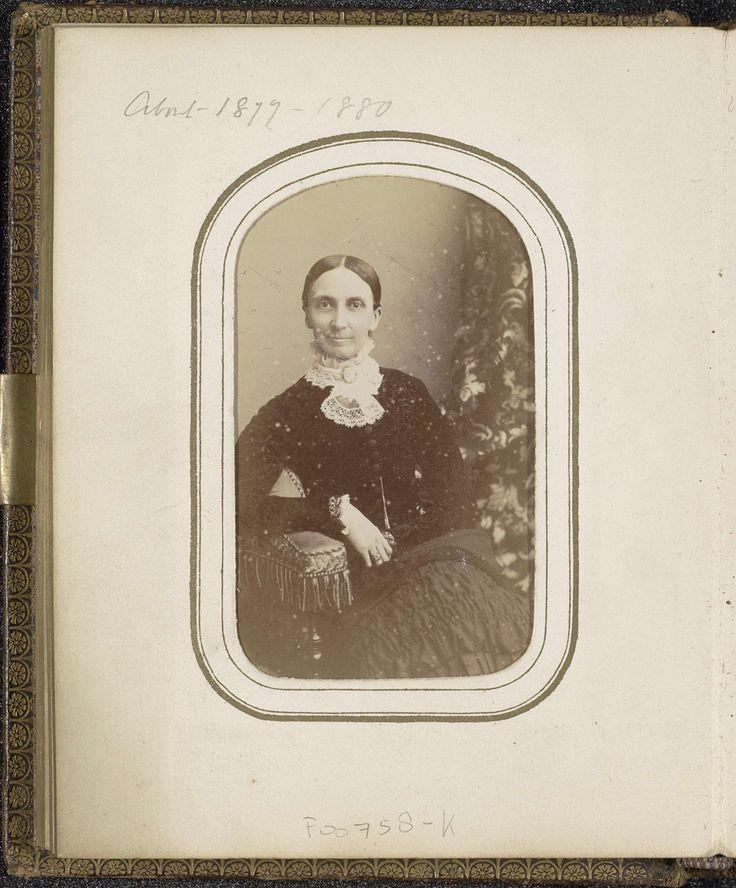 Portret van een vrouw met een kanten kraag, J.B. Angler