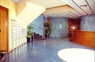 Nave logística en venta y alquiler en Santa Perpètua de Mogoda (Barcelona) de 1.913m² -Nave industrial aislada con acceso rodado a nivel de calle -9m de altura en planta baja -1 muelle -Instalaciones en funcionamiento -Oficinas acondicionadas con gran imagen corporativa -Estructura de hormigón -Cubierta sándwich -Nave lista para entrar -Más información: www.estradapartners.com/naves/1203/Barcelona.html Estrada & Partners -932151650- www.estradapartners.com barcelona@estradapartners.com