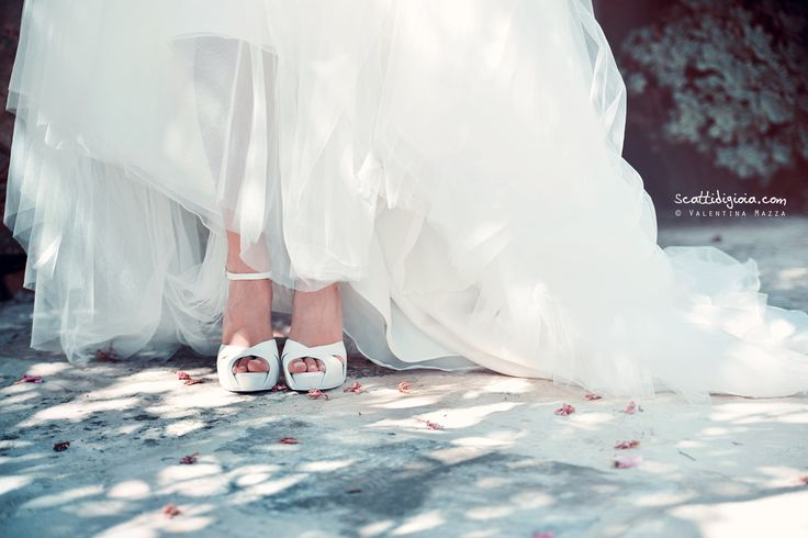 Bride's shoes! foto © Valentina Mazza - www.scattidigioia.com #wedding #weddingshoes #weddingphotography #weddingday #bride
