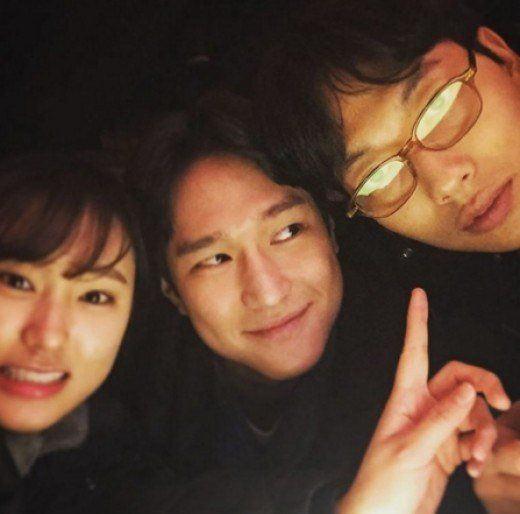 "Ryu Hye Young Creates a ""Reply 1988″ Love Triangle With Playful Photo"