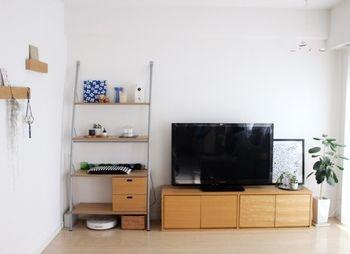 スタッキングシェルフを横に並べてテレビ台に。重ねるのもいいですが、ただ横に並べて使っても◎