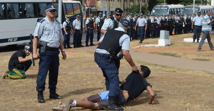 7.set.2013 - Um manifestante é detido por um policial militar durante protestos em Brasília, neste sábado (7). As manifestações durante as comemorações do Dia da Independência, ocorridas em vários Estados da federação, ganharam destaque na imprensa internaciona