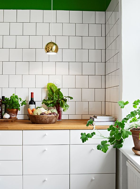 ohh la la, gold hanging-light, subway tiles and greenery on neutrals. delicioso!