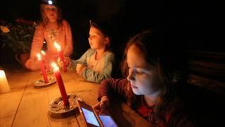 Cómo cargar el teléfono celular cuando no tienes electricidad en 3 sencillos pasos - https://www.vexsoluciones.com/noticias/como-cargar-el-telefono-celular-cuando-no-tienes-electricidad-en-3-sencillos-pasos/
