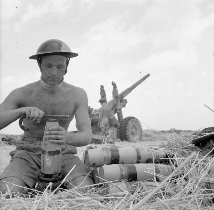 A gunner with 80th Medium Regiment (Scottish Horse) fusing a 4.5-inch shell, 31 July 1943.