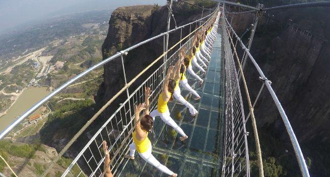 100 Mulheres Juntaram-se Para Praticar Yoga Na Mais Famosa Ponte De Vidro Chinesa