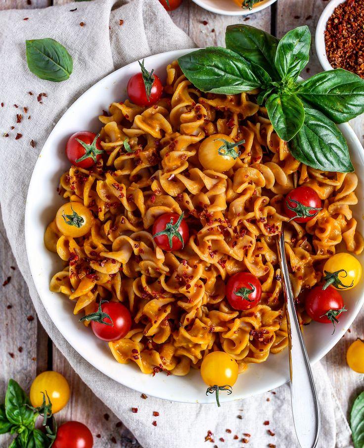 Linsennudeln mit cremiger Kürbis-Kokossoße und Tomaten (lentil pasta with creamy pumpkin coconut sauce and tomatoes)