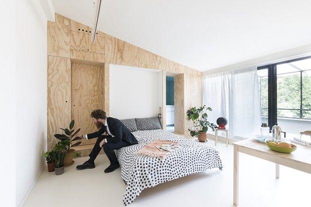 Cet appartement de 28 m2 à Milan s'est vu entièrement rénové par les architectes italiens du studioWOK. Le but était de donner à cette petite surface le confort de vie d'une grande habitation. Les aires de service ont été conçues les plus petites possibles pour laisser la part belle à la pièce à vivre.  L'espace principal est bien agencé, lumineux et aéré grâce à une grande fenêtre donnant sur la terrasse permettant d'étendre autant que possible l'espace intérieur vers l'extérieur...