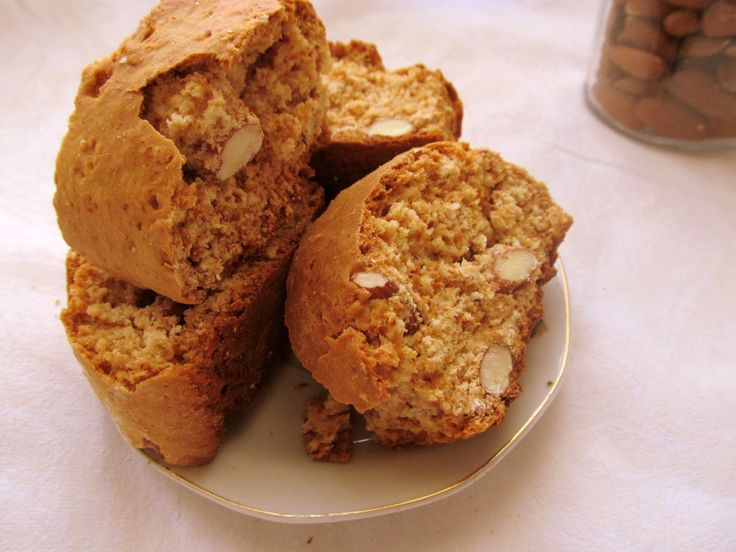 Biscotti with honey and almonds http://carmenatelier.org/2015/01/25/biscotti-cu-miere-si-migdale/