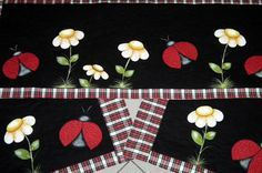 Jogo de tapetes para cozinha feito em tecidos 100% algodão bordados em patch aplique e pintado à mão, com base em manta acrílica e quiltado.  Fundo preto com bordas xadrez vermelho.  PODE SOFRER ALTERAÇÕES NA ESTAMPA PORÉM SEMPRE MANTENDO OS TONS DA PROPOSTA DO ANUNCIO.      Jogo de tapetes 3 pçs...