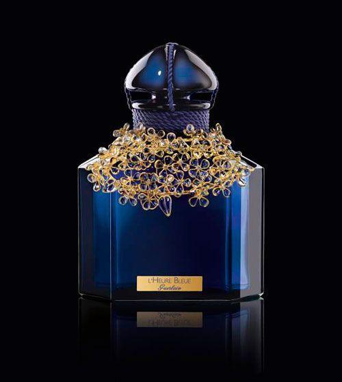 Os espectaculares frascos de Guerlain Shalimar - Guerlain é especializada na arte de criar fragrâncias e produtos de beleza, filosofia da marca até hoje. A riqueza de detalhes é sinonimo de Guerlain, através da escolha das matérias primas da mais alta qualidade e tenacidade perfeita nas fragrâncias.  Os frascos da Guerlain são criados como obras de arte, pois possuem um designer exclusivo.    As elegantes embalagens possuem sempre o logótipo da marca, o famo...