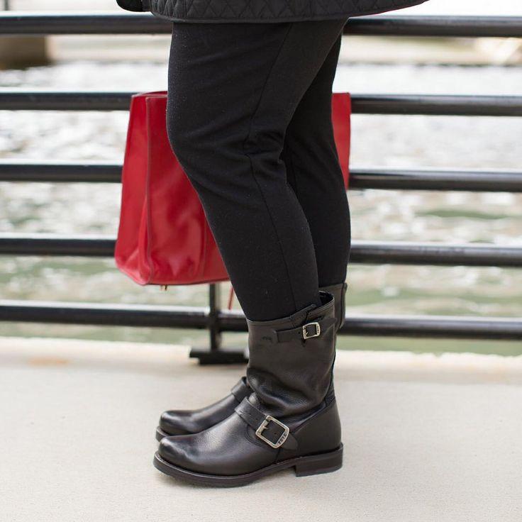 Angela from @headtotoechic in her J.Jill Frye veronica short boots.