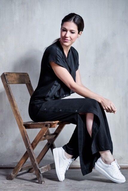 Geheel leren damessneaker van Via Vai op een plateauzool. De damesschoen heeft een zilveren accent op de sneaker en diverse perforaties. Met uitneembaar voetbed. #whitesneaker #ViaVai #outfit #silver #trendy #plateau #shoes #shoesinspiration #leather