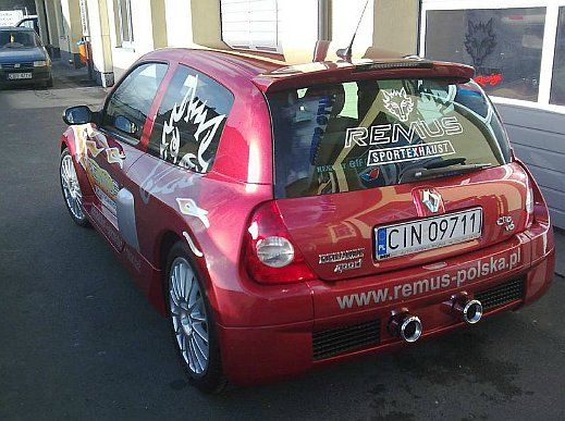 REALIZACJA: Renault Clio V6  Przypominamy dziś jeden z ciekawszych projektów. Legendarne Clio V6 - czyli najbardziej bezkompromisowe, drogowe Clio w historii. Silnik V6 w miejsce tylnej kanapy gwarantował niesamowite osiągi oraz doznania z jazdy. Auto od razu stało się legendą. A dzięki wydechowi Remus, zaczęło równie dobrze brzmieć!   Remus Polska http://www.remus-polska.pl/