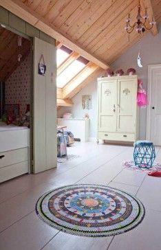 Leuke kinderkamer op zolder. Vooral het bed onder de schuine kant is erg ruimtebesparend.